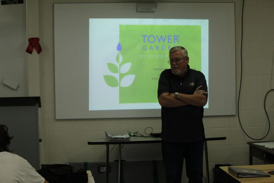 Bob Frisbey presents the facts about aeroponics to the 5th period Journalism class.