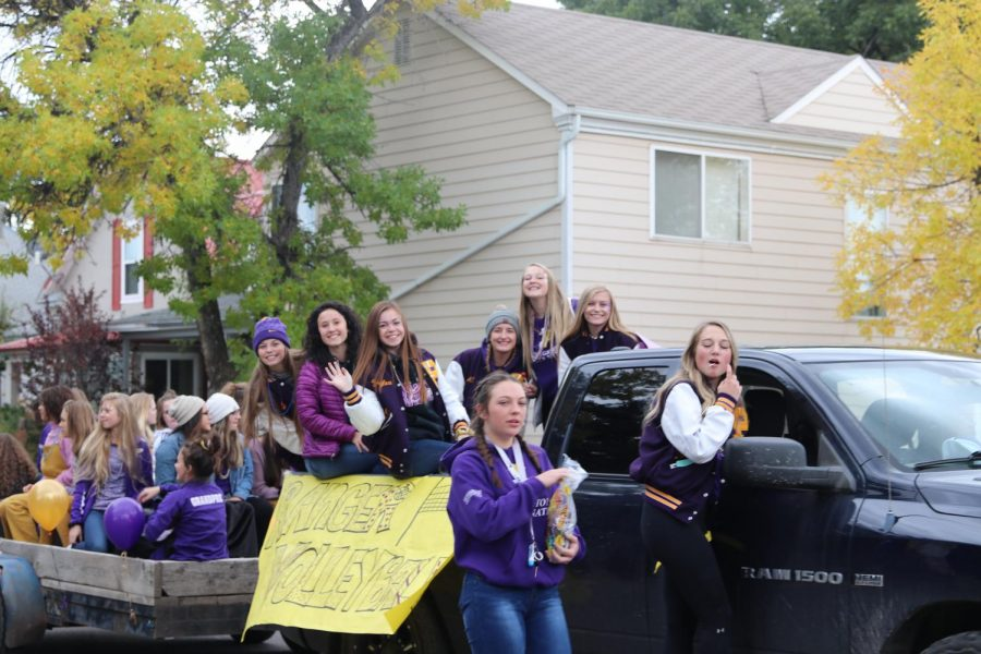 The+PHS+volleyball+team+hands+out+candy+during+the+parade.