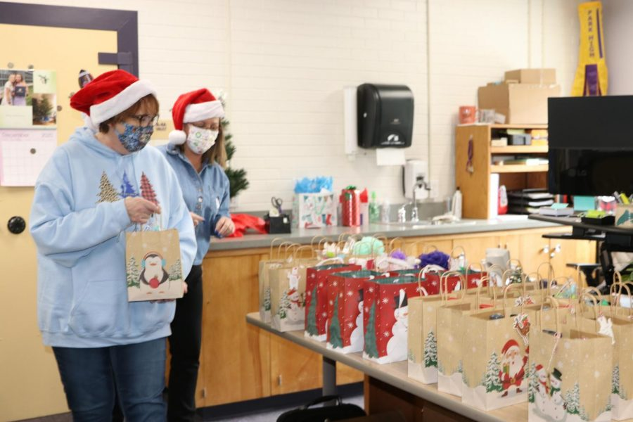 Secretaries Melissa Cahoon and Donna Fairchild get ready to distribute gift bags to Park High students on Dec. 21.